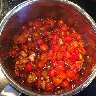 Når du koger din tomatchutney fyldes huset af duft