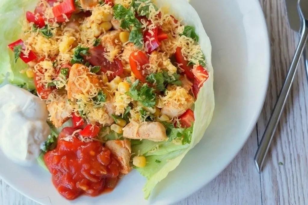 Salat-skåle med kylling og ost