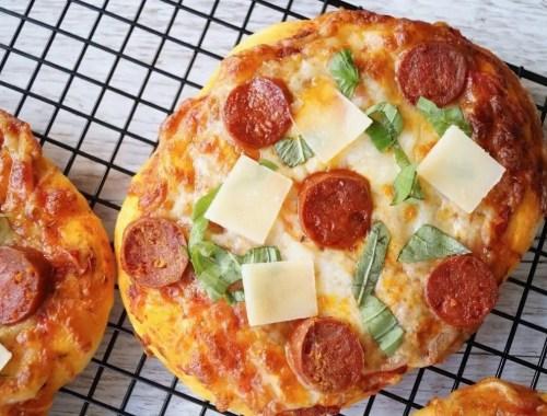 Små pizzaer med chorizo og parmesan