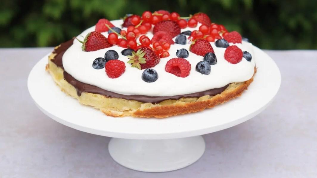Mazarinbund med vaniljeskum og bær