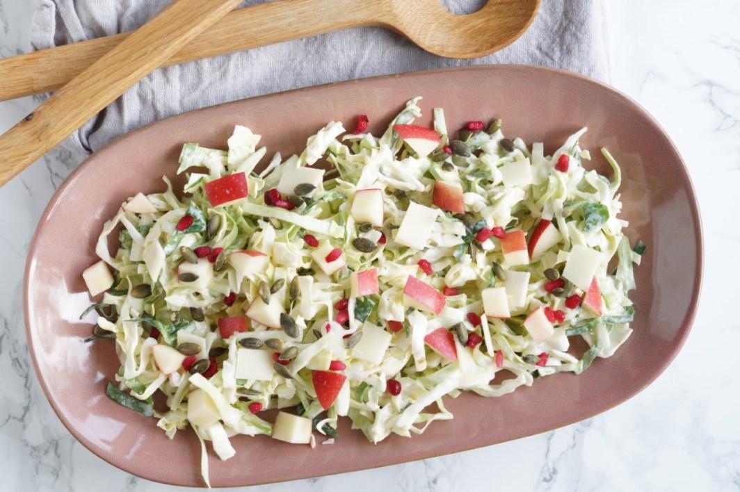 Salat med spidskål, æbler og græskarkerner