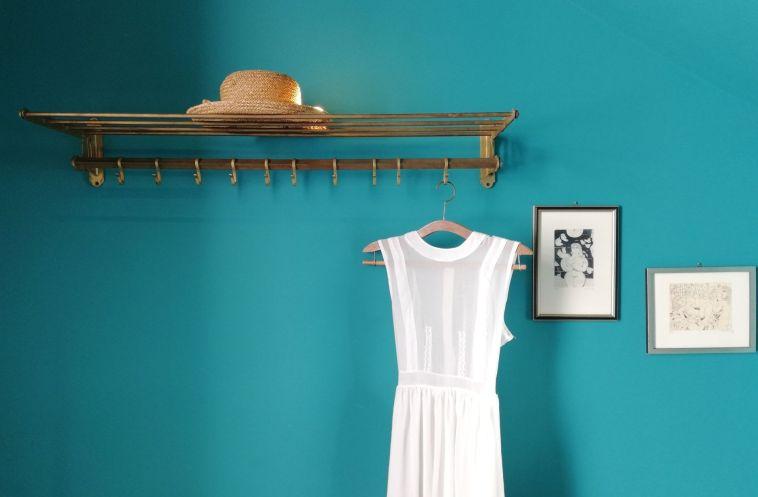 Passer à une garde-robe minimaliste: le guide ultime