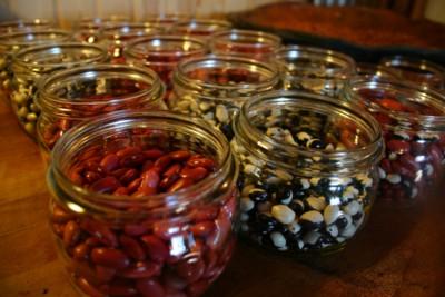 Att koka in bönor på burk är smidigt eftersom ma slipper blötläggningstid och kokning. Här är det röda bönor och Yin & Yang som ska kokas in i 1/2-litersburkar med grön ring.