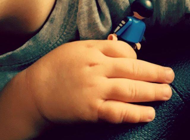 los celos entre hermanos: Un niño sujeta un playmobil