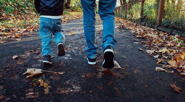 padre paseando con su hijo