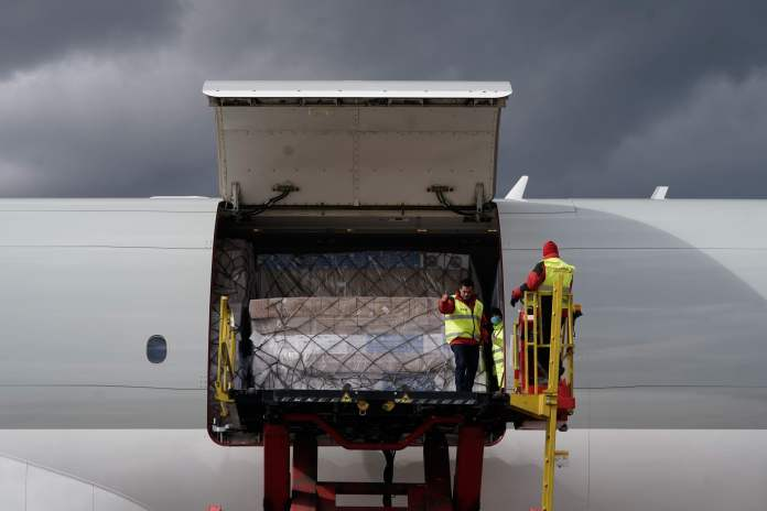 Llega a Barajas el primer avión de la Comunidad de Madrid con 58 toneladas de material sanitario 12