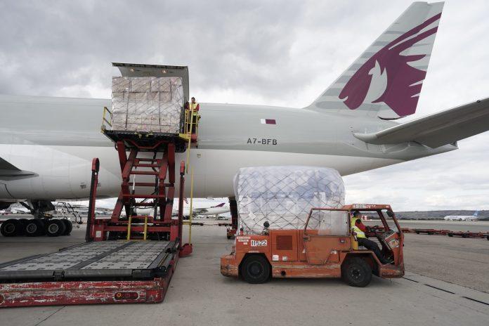 Llega a Barajas el primer avión de la Comunidad de Madrid con 58 toneladas de material sanitario 8
