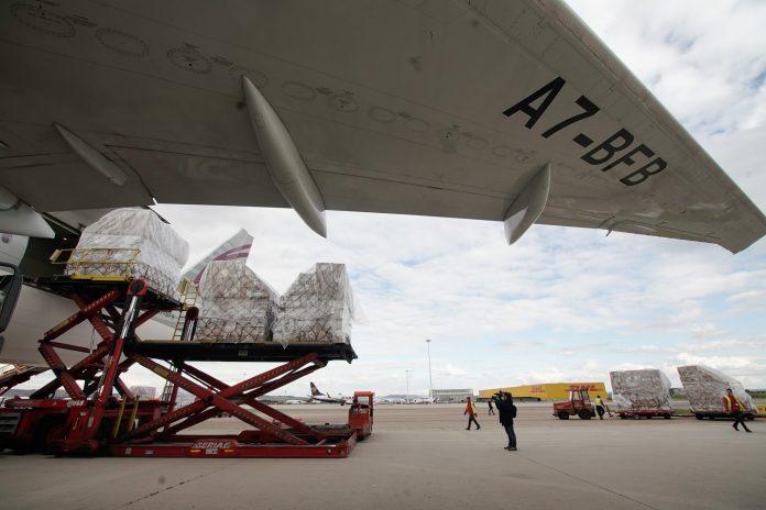 Llega a Barajas el primer avión de la Comunidad de Madrid con 58 toneladas de material sanitario 6