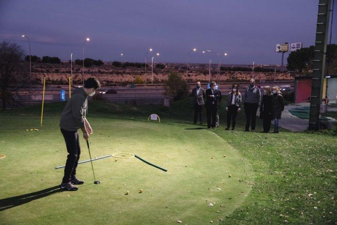 El 'pueblo' de Barajas ya tiene su primera escuela municipal de golf 1