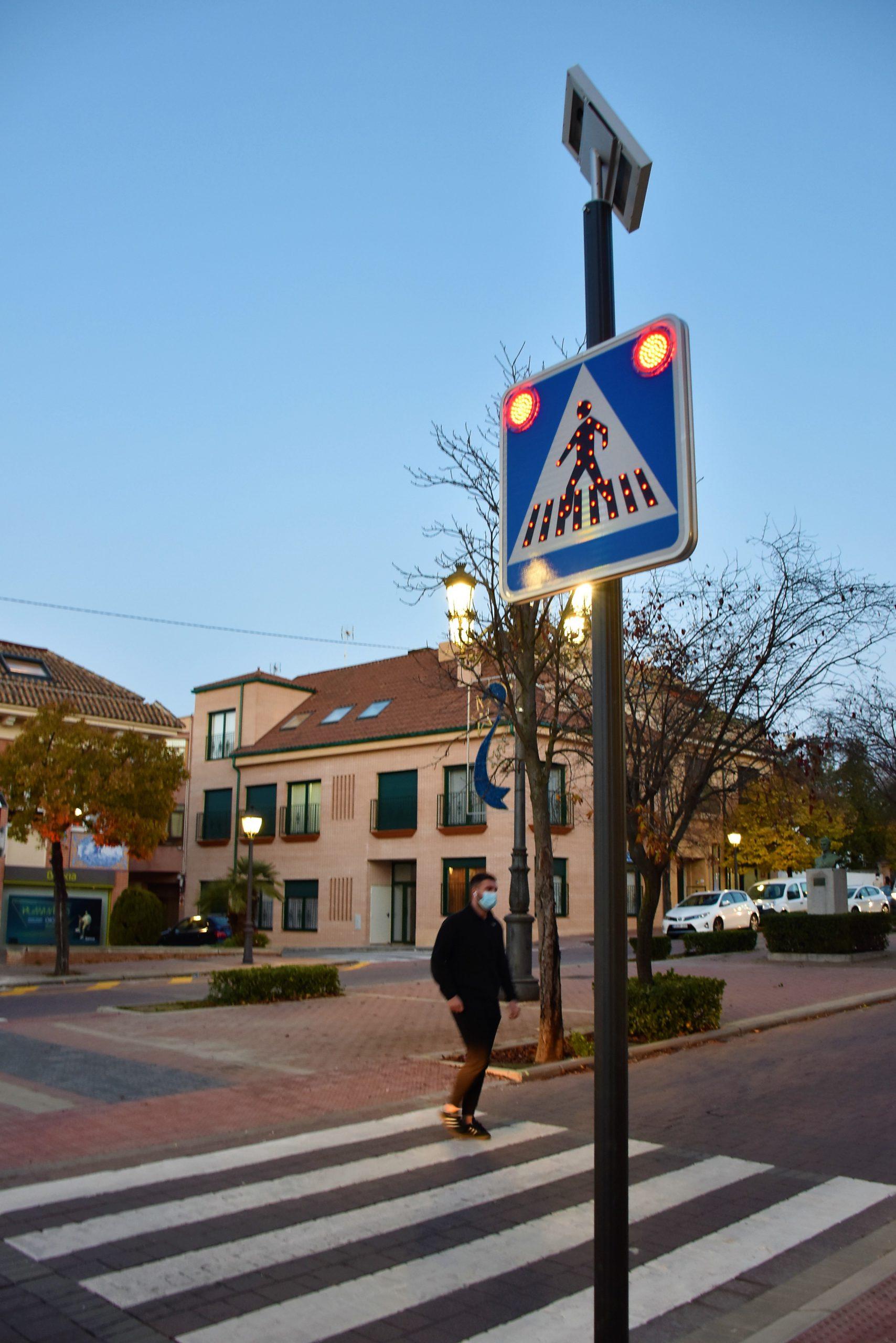 Villaviciosa instala señales de paso de peatones LED y solares 3