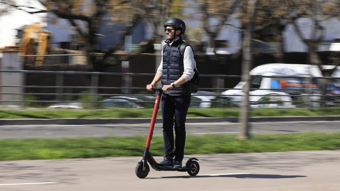 El SER sanciona con las primeras mil multas a patinetes, bicis y motos mal aparcadas 1
