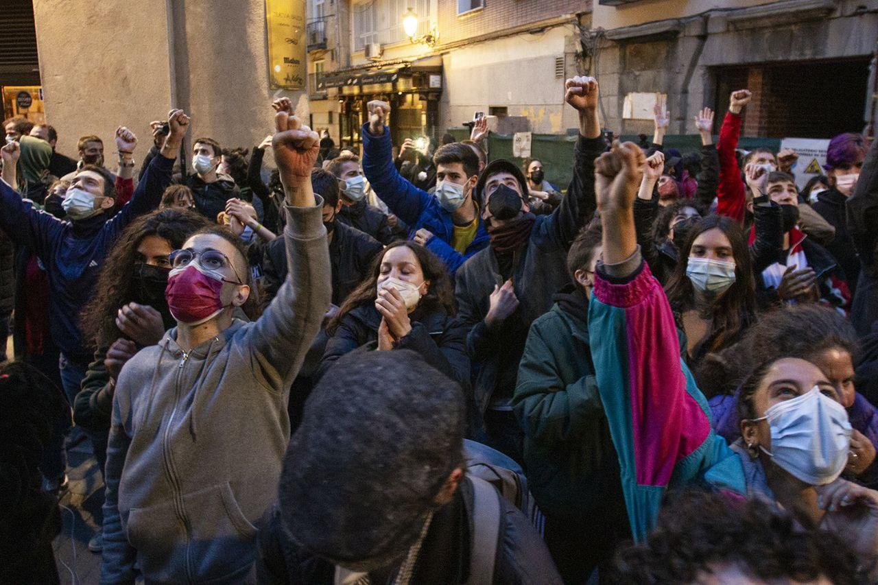 El colectivo 'La Ingobernable' okupa el antiguo hostal Cantábrico 4