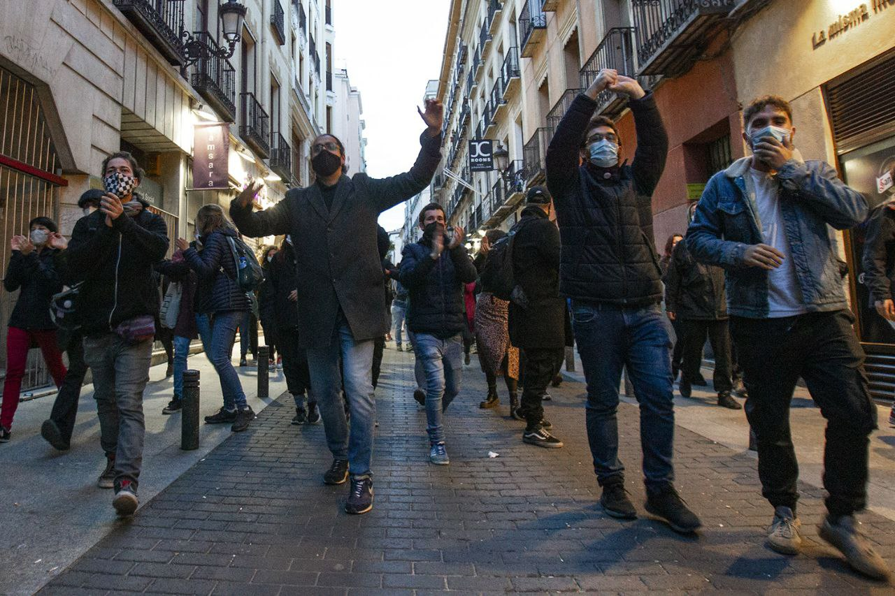 El colectivo 'La Ingobernable' okupa el antiguo hostal Cantábrico 6