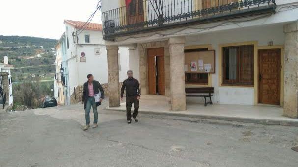 Efectivos de la Guardia Civil recogen documentación en el Ayuntamiento de Ambite