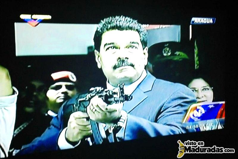 Violencia en Venezuela, Maduro con arma