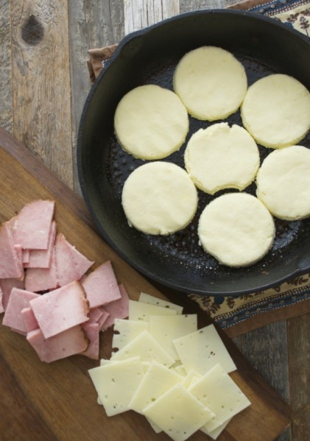 Honey Ham and Swiss Biscuits, perfectly soft and fluffy! Full of Ham and Cheese!! www.maebells.com