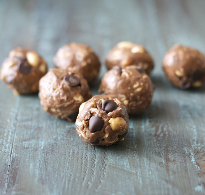 These Peanut Butter and Chocolate Protein Bites are packed with oats, nuts, peanut butter and protein powder! Perfect for a grab and go snack!