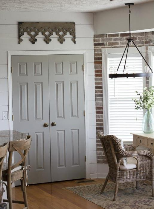 Easy Ways to add Farmhouse Style on a Budget! Affordable farmhouse decor perfect for creating the Fixer Upper look!