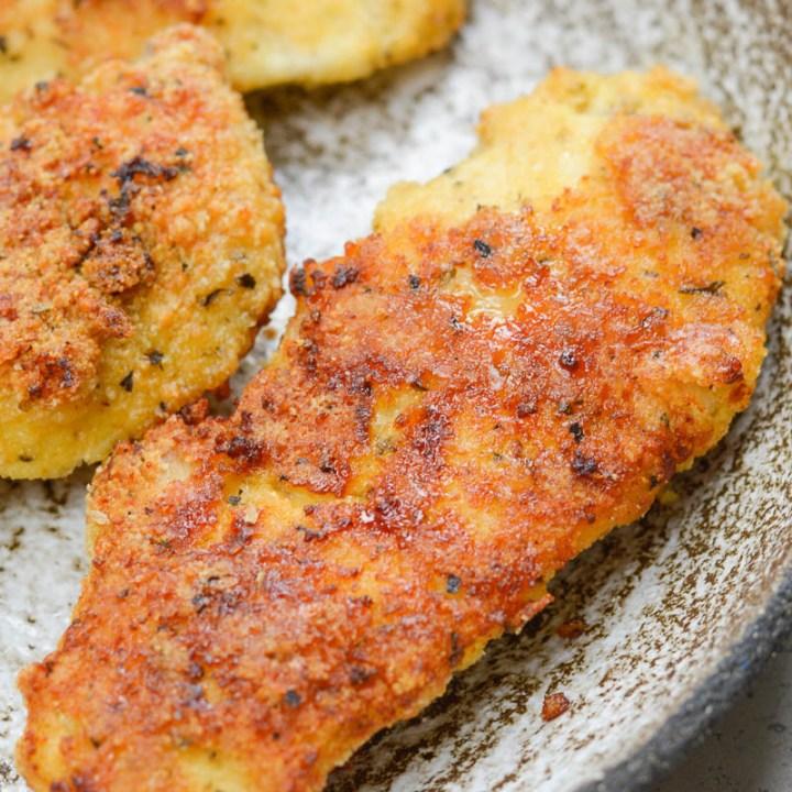 Ces filets de poulet Easy Keto peuvent être préparés dans la friteuse à air ou au four et contiennent environ 2 glucides nets par portion!