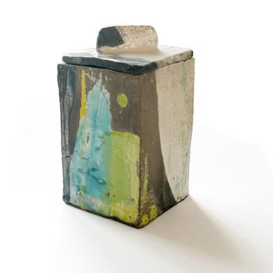 Grande boîte, terre blanche, engobe grise, émail transparent, turquoise, jaune et vert, haut 20 cm