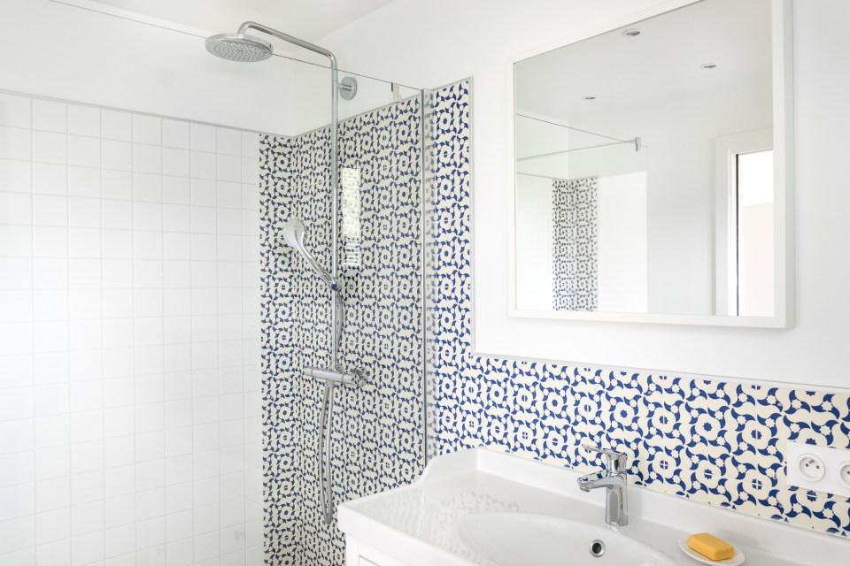salle de bain carreau ciment maison bbc bretagne skeledenn ma ma architectes. Black Bedroom Furniture Sets. Home Design Ideas