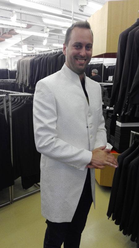 Grinsend aber keine echte Option der weiße Hochzeitsanzug