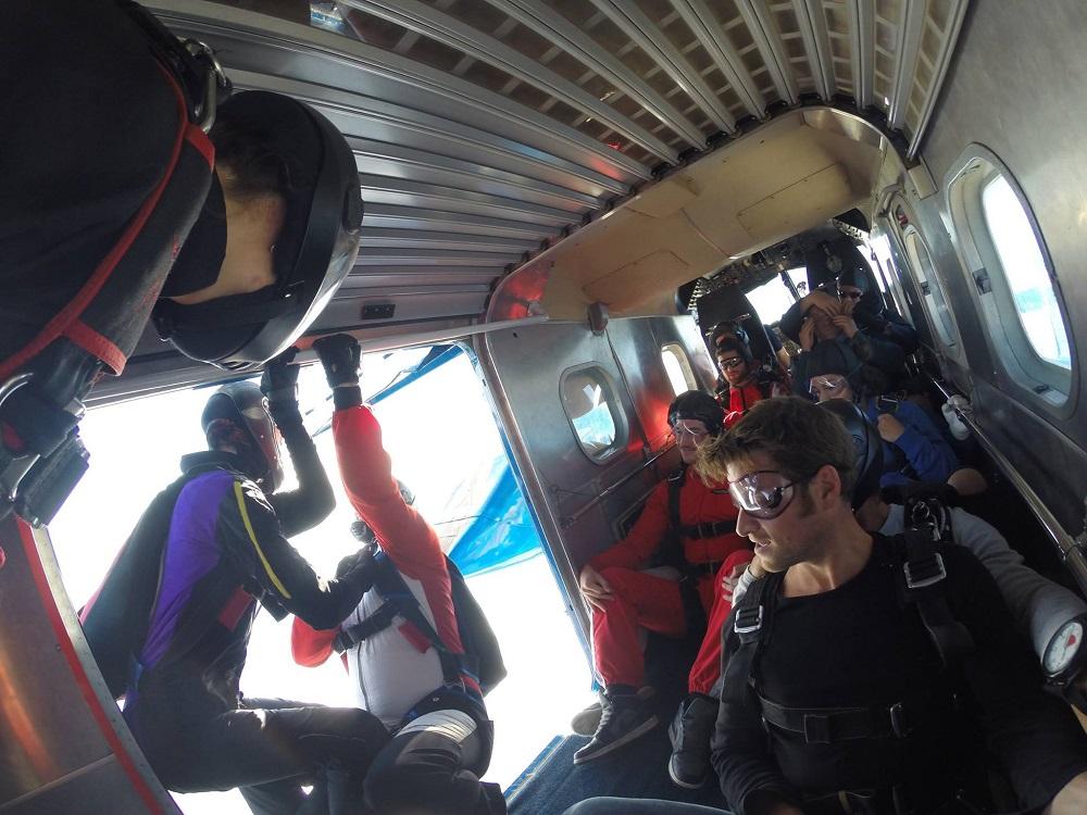 Der erste Fallschirmspringer verlässt das Flugzeug, Ich bin der Nächste