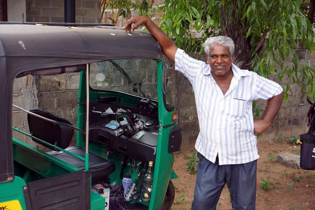 Merci Raju, je serai désormais plus indulgent avec les chauffeurs de tuk tuk et merci de m'avoir laissé conduire ton engin !)