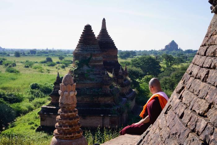 Un moine médite en haut d'un temple à Bagan.