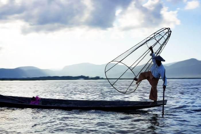 Un pêcheur sur le lac qui exerce de façon traditionnelle.