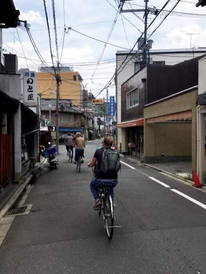 Kyoto est une ville plutôt plate. Et hormis les grands axes, il y a peu de circulation (de toute façon, ce sont les petites rues les plus jolies !). Donc, une ville idéale pour faire du vélo (en plus, on trouve facilement des sièges enfants).