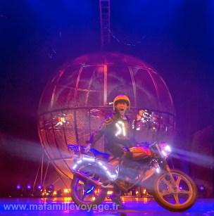 Le clou du spectacle (qui pu un peu l'essence) : une boule avec 8 motos qui tournent à fond !