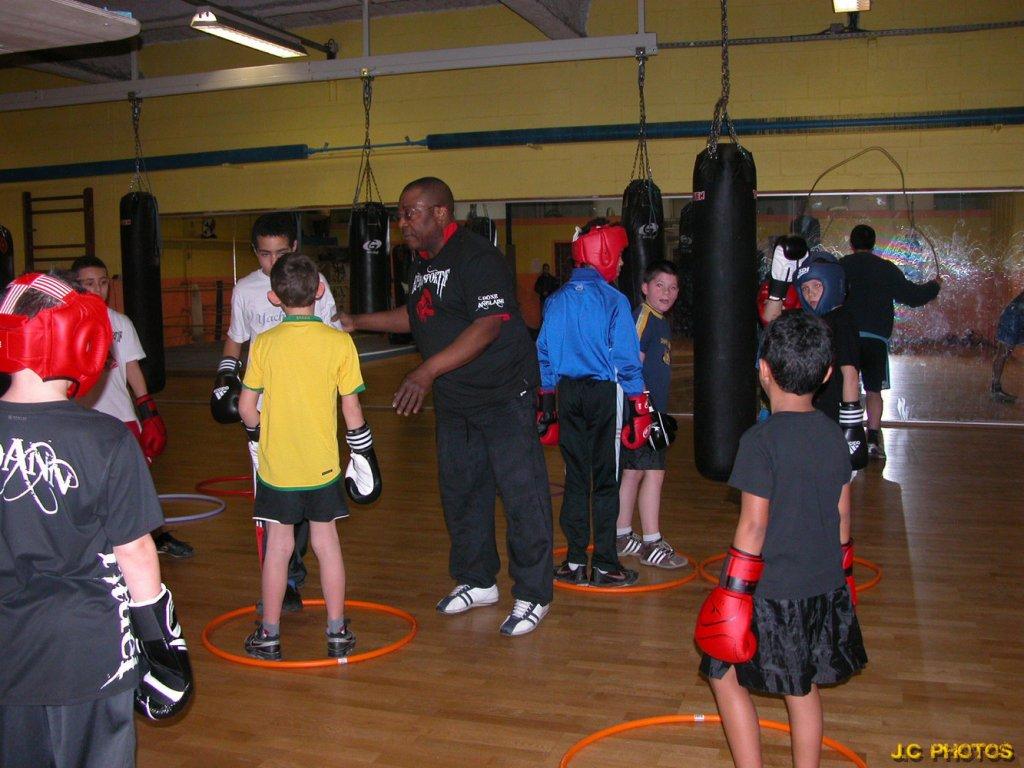 Ancien champion de boxe Pierre Muzembo avec des jeunes à Meaux