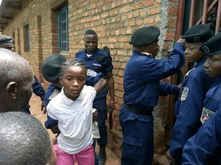 Une des photos qui accuse Joseph «Kabila» d'arrestation des enfants congolais. Souvenez-vous de la décision de condamnation de la CPI contre Jean-Pierre Bemba dans le dossier judiciaire centrafricain de la CPI. Cette photo: la petite congolaise Yalala arrêtée par des policiers de l'extrémiste joseph «Kabila» (15/11/2017).