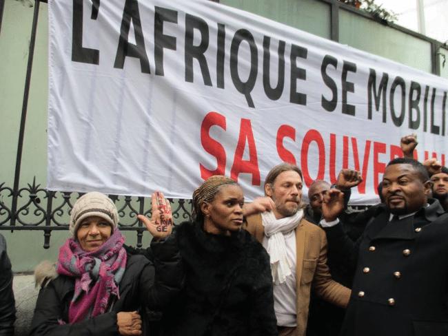 Devant l'ambassade de la Libye à Paris, 18 novembre 2017 : plus de 30.000 personnes ont manifesté contre la vente des Noirs comme esclaves... «ah eh Nakomitunaka». (Photo Magazine Ngambo Na Ngambo)