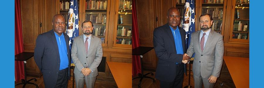 Envoyé spécial américain Tom Perriello et journaliste Lilo Miango