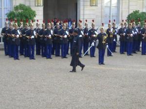 Le président du Nigeria Buhari arrive à L'Elysée et toute l'Afrique le regarde.