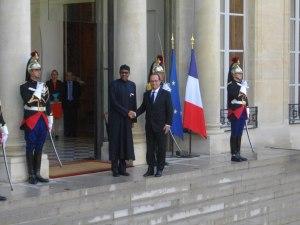 Président français Hollande accueille son invité de marque, le grand Africain Buhari.