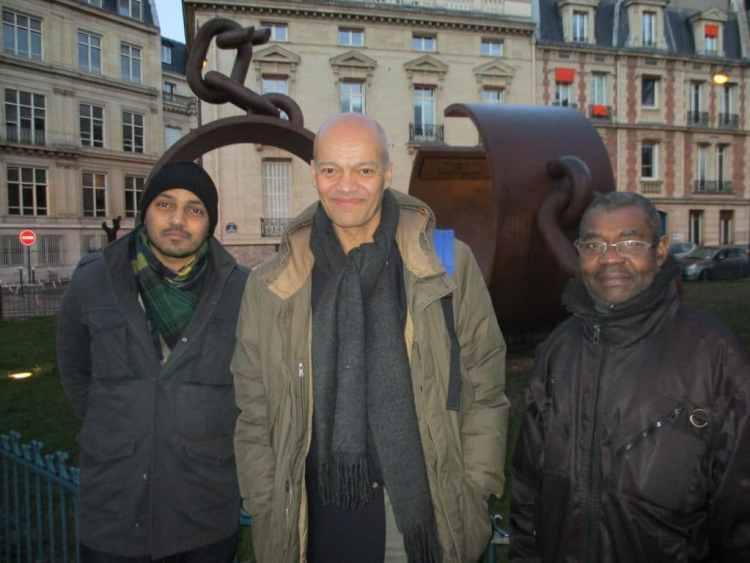 Mr. Claude Ribbe (au milieu) et le journaliste Nzunga Mbadi(lunettes).