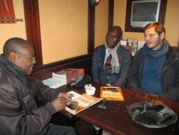 Le réalisateur Emmanuel Gras interviewé par le journaliste Nzunga Mbadi. Le journaliste Gaston Mushid de la ville de Kolwezi est présent.