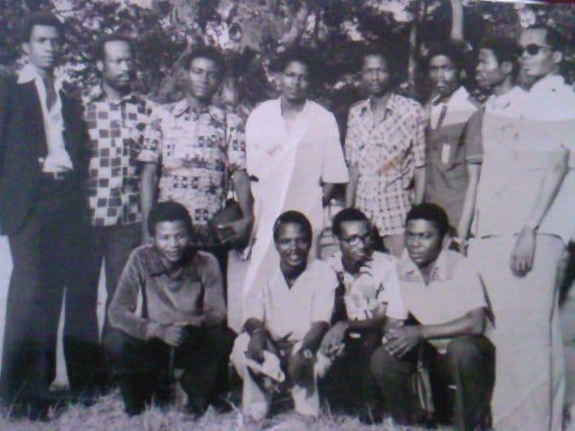 Journalistes historiques (musique). Debout: Eale Ikabe (costume velours noir), Kalonji Ngoyi, Mavilus, Nila Mbungu, Edi Angulu, Bazakana Bayete, Lilo Miango, Père Ngoie N.T./ Accroupis: Malanda Nsukula, Mosin Ntondo, Luzayamo Mankete (lunettes) et BOLOWA BONZAKWA. (Kinshasa1978).