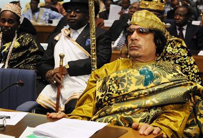 Le Guide Mouammar Kadhafi et quelques autres personnalités des  traditions africaines ancestrales.