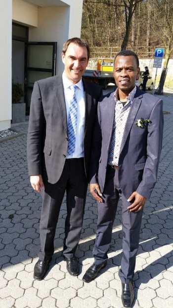 Le journaliste Tungila Serge avec le Maire de Rottenburg
