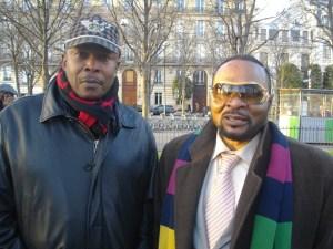 4 janvier 2016: Marius Baende (casquette) lors de la marche de Paris, commémoration des martyrs congolais du 4 janvier massacrés par des Belges et de tous les autres martyrs congolais. Ici, il est en compagnie du chanteur Donat Mobeti (tête d'affiche de l'orchestre Cavacha).