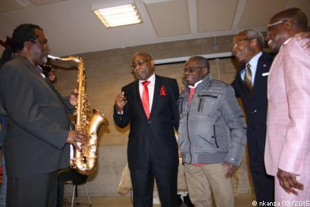 A Sint Stevens-Woluwe (Bruxelles) : Mukuna Trouet (blouson) avec Kibonge (cravate rouge), Bonga Bonga et Saio Mokili (costume clair). Photo, anniversaire de Kibonge, mars 2015.