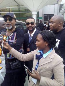Jomo Kenyatta Aiport,Nairobi: Jules Nsana(lunettes) à côté de Koffi Olomide.