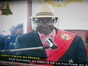 Papa Noël Nedule prononçant un discours au nom de tous au nom de tous les artistes.