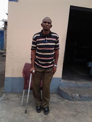 Papa Sonzo, comédien congolais, chez lui à Kinshasa.