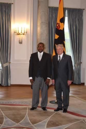 14 avril 2016, remise des lettres de créance à Berlin, le président allemand Joachim Gauck et l'ambassadeur de Guinée Equatoriale Mayiboro Pantaleon.
