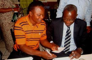 De g. à dr : Beya wa Beya ( FC Bilima) avec Jean Manga Onguéné, le capitaine du FC Canon de Yaoundé (Paris-St. Ouen 07.09.2013 Photo © nkanza)